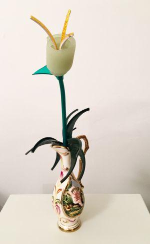 Corrado Bonomi fiore vaso pallido timido concettuale ironico Capodimonte