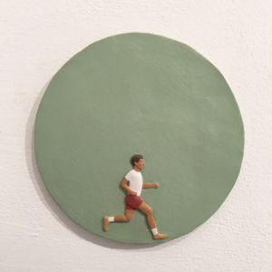 Nando Crippa bassorilievo terracotta dipinta girotondo corsa jogging
