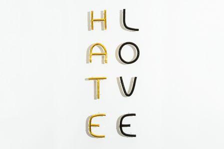 Fabrizio Dusi Hate Love installazione ceramica oro terzo fuoco
