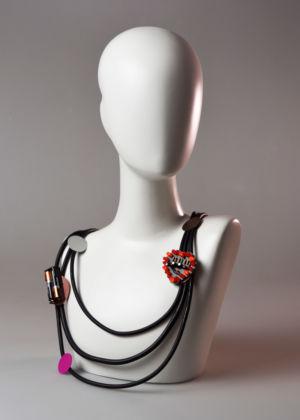 Ale Guzzetti robot gioiello d'artista collana circuito elettronico cuore