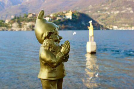 Ottmar Hörl Ben nano gnomo puffo multiplo d'artista plastica we are Pope San Nicolò