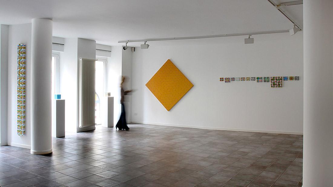 Galleria Melesi con Sabina Melesi di fronte a un'opera di Mimmo Iacopino