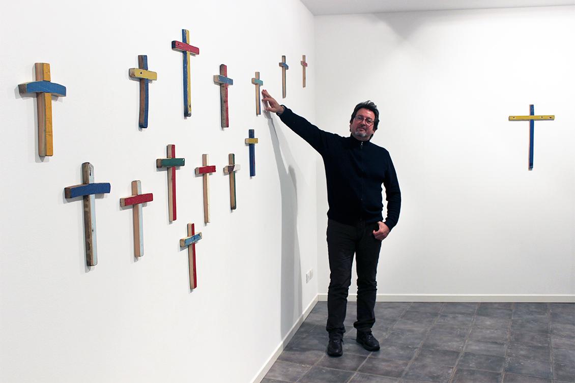 Francesco Tuccio con le sue croci per Arte e Fede