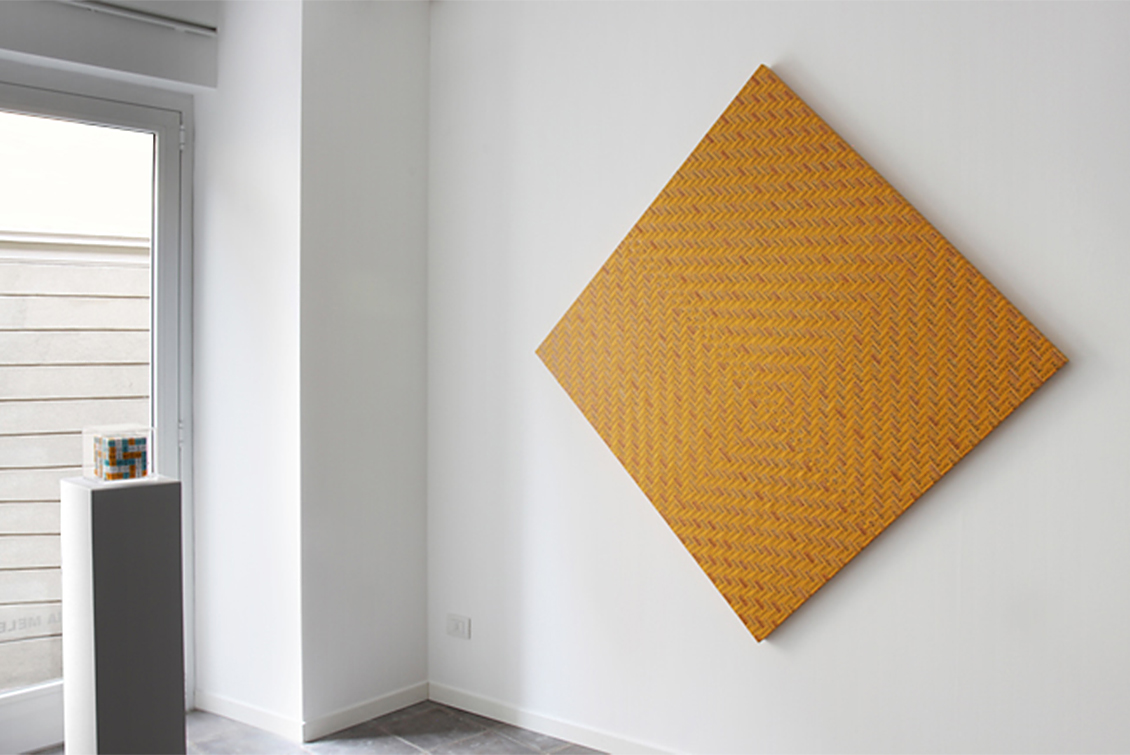 Misure Morbide quadrato giallo su parete