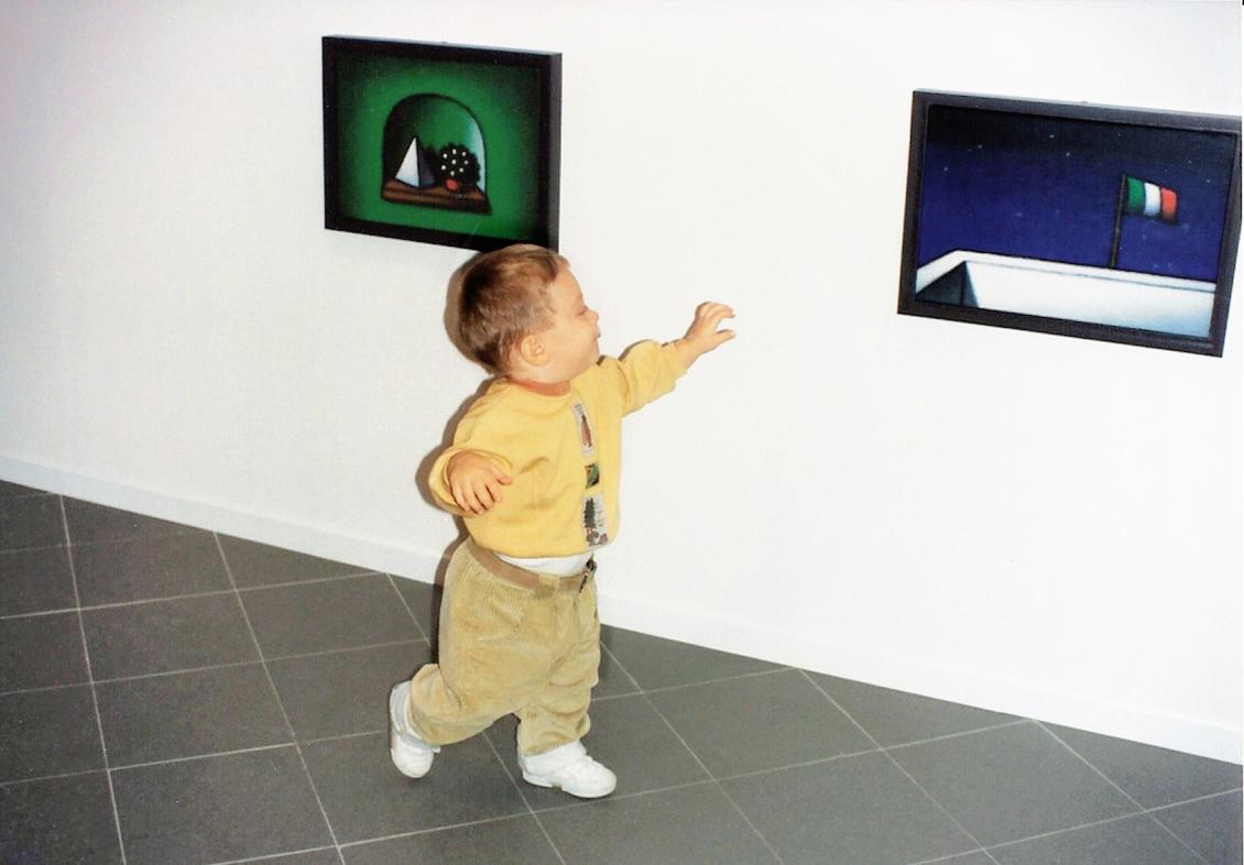 Un bambino vicino alle opere di Tino Stefanoni