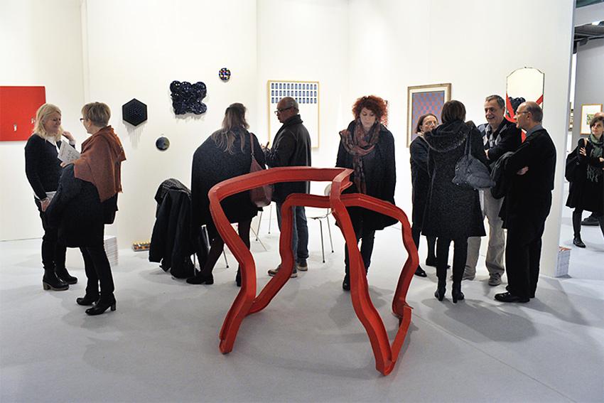artisti e visitatori allo stand di Galleria Melesi durante la fiera BAF 2016